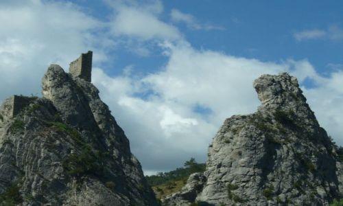 Zdjecie FRANCJA / Prowansja / brak / piorun trzasnął w zamek i skałę