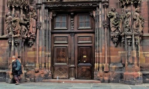Zdjecie FRANCJA / Alzacja / Strasburg / Przy katedrze