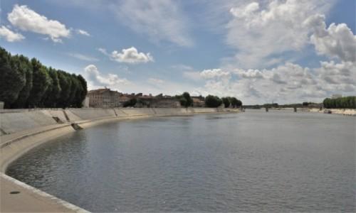Zdjecie FRANCJA / Prowansja / Arles / Arles, widok na rzekę