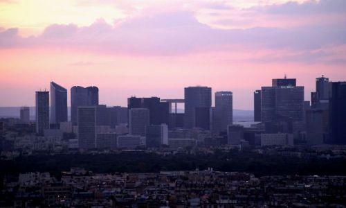 Zdjęcie FRANCJA / Paryż / Paryż / La Defanse o zachodzie