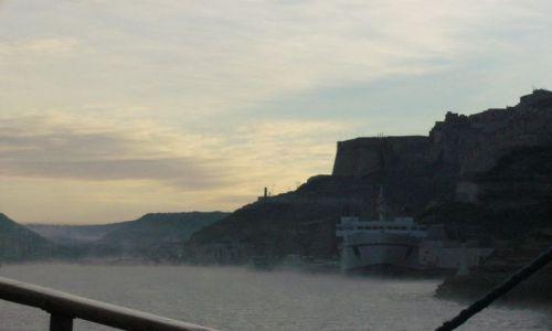 Zdjecie FRANCJA / Korsyka / Bonifacio / Wchodzimy do portu w Bonifacio