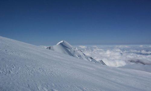 Zdjecie FRANCJA / - / W drodze na Mont Blanc / Aig de Bionassay (4052 m) w porannym słońcu
