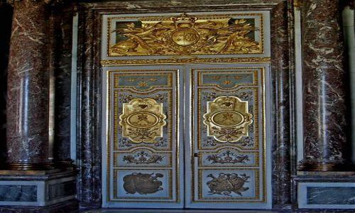 Zdjecie FRANCJA / Paryż  / Wersal / Drzwi w Pałacu Wersalskim