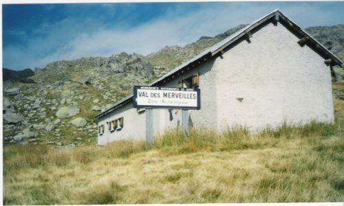 FRANCJA / Alpy / Mont Bego / Domek archeologów na Mont Bego