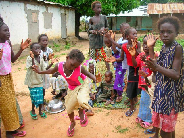Zdjęcia: ALBREDA/JUFFUREH, zabawa malych mieszkancow wioski, GAMBIA