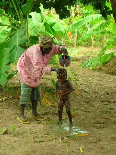 Zdjęcia: w buszu, sposob na prysznic, GAMBIA