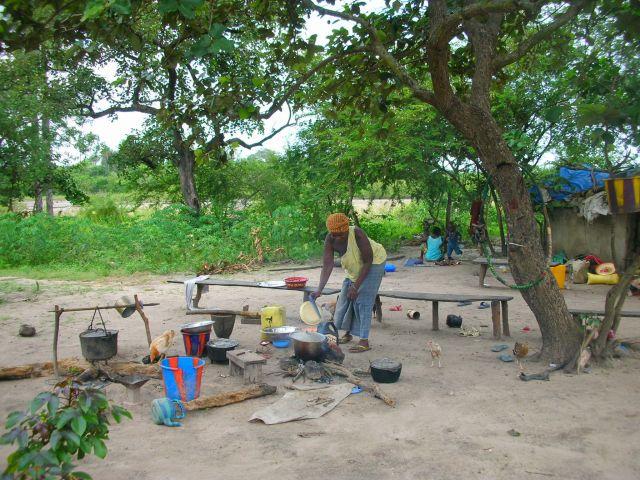 Zdj�cia: gospodarstwo domowe w buszu, pora gotowania obiadu.., GAMBIA