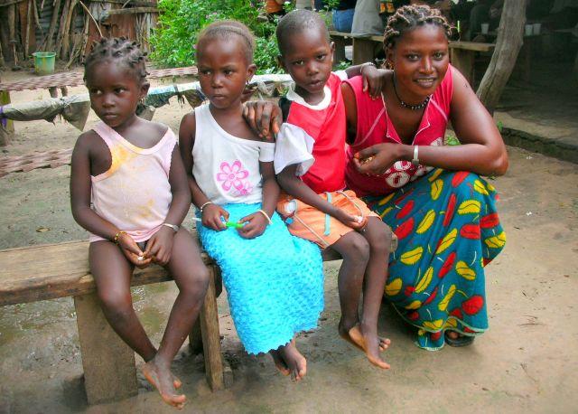 Zdjęcia: wioska w buszu, matka ze swoimi  dziecmi, GAMBIA