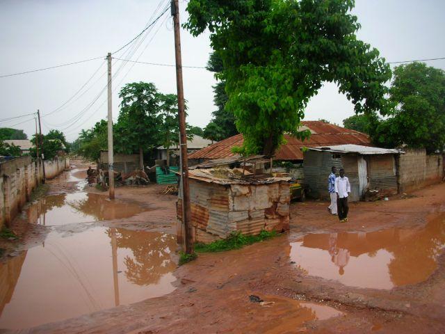 Zdjęcia: jedna z dzielnic, typowy widok ubogich dzielnic, GAMBIA
