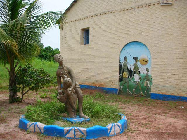 Zdjęcia: ALBREDA, POMNIK PRZED MUZEUM NIEWOLNICTWA, GAMBIA