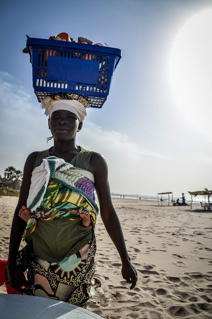 Zdjęcia: Brufut, Kobieta sprzedająca owoce, GAMBIA