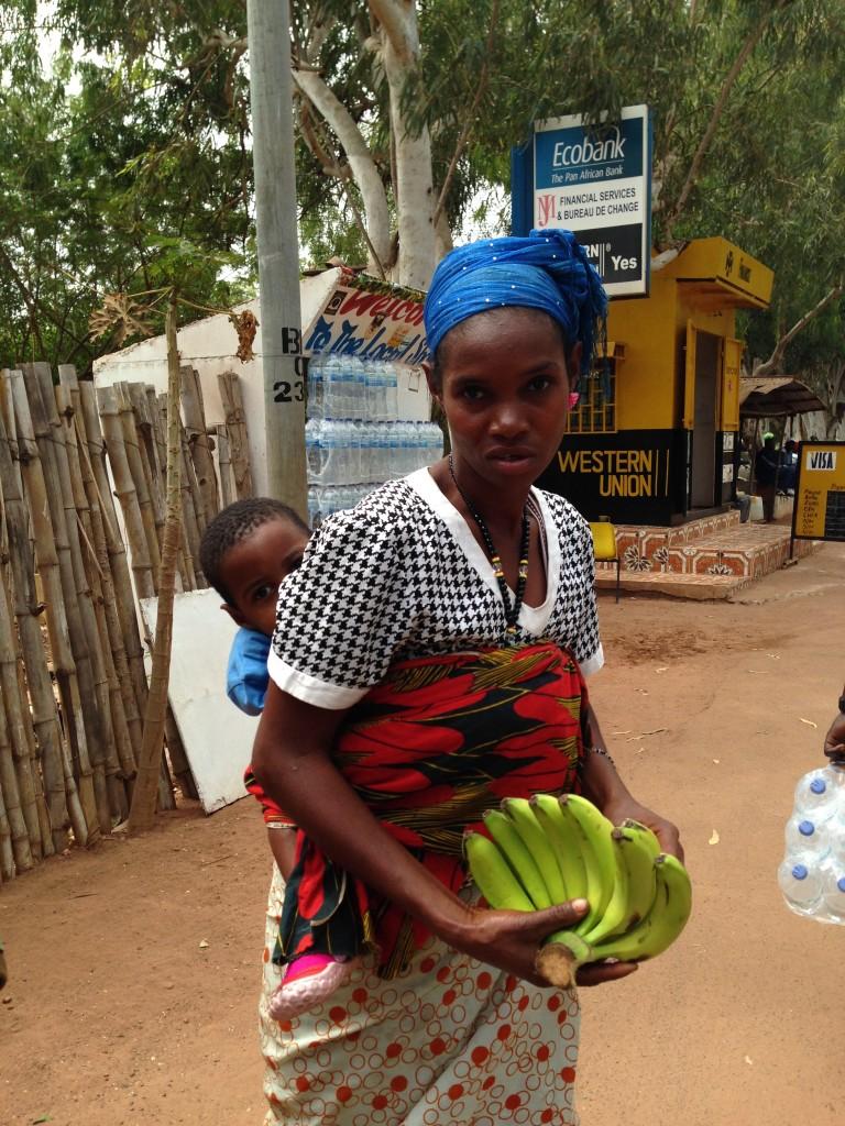Zdjęcia: kotu, Kobieta z bananami, GAMBIA