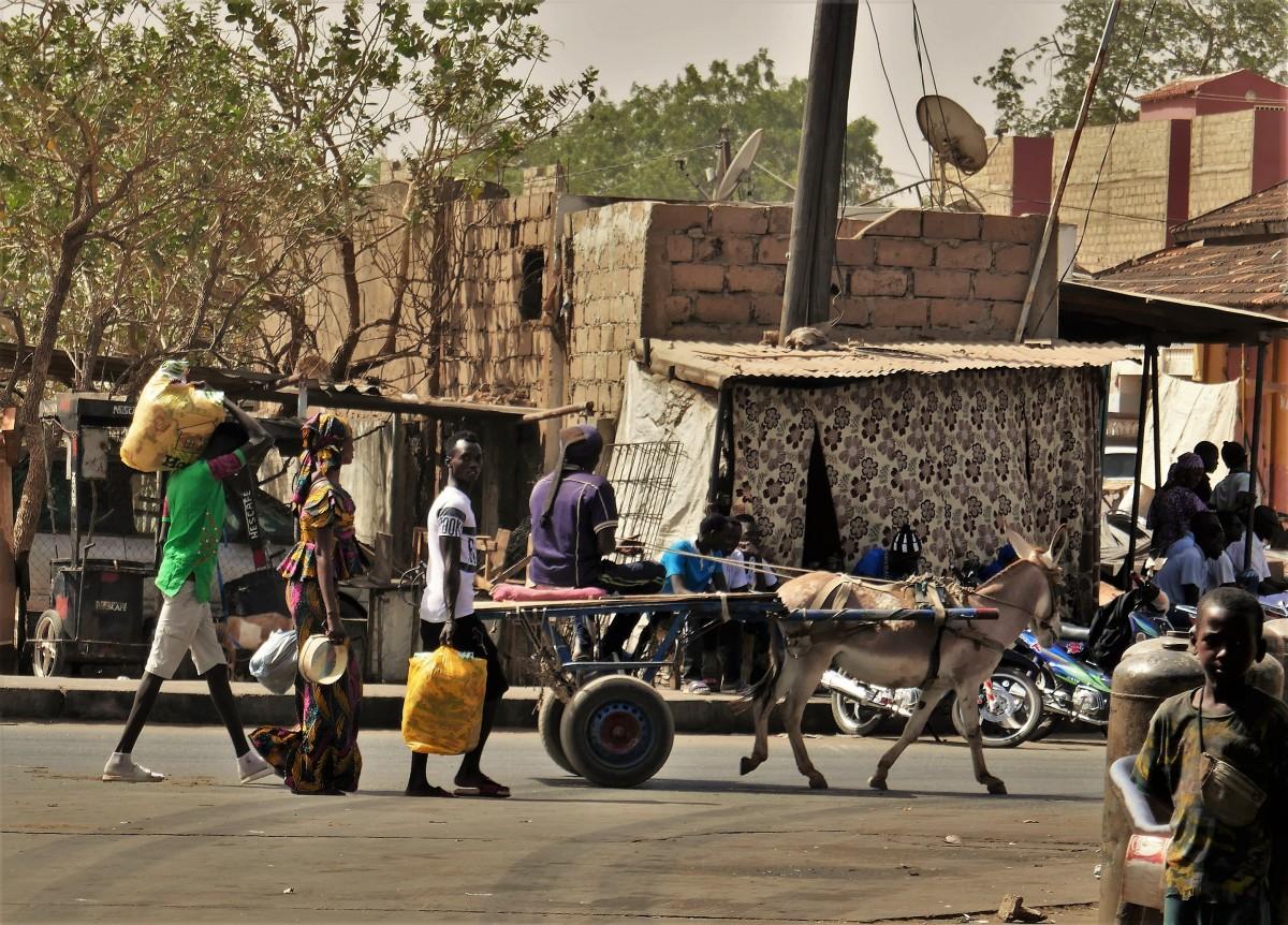 Zdjęcia: Banjul, Stolica Gambii, Scenki uliczne - jedziemy, idziemy, niesiemy..., GAMBIA