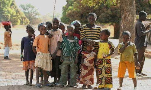 GAMBIA / - / okolica rzeki Gambii / Gambijskie dzieci ochoczo pozowały do zdjęć