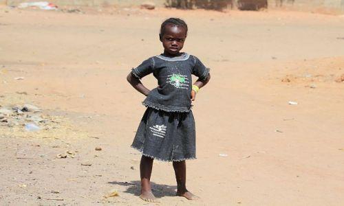 GAMBIA / - / po drodze do Senegalu / młoda gniewna