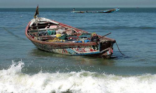 Zdjecie GAMBIA / - / okolica Bandżul / łódż rybacka