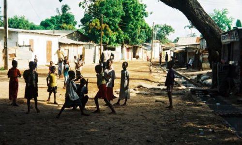 Zdjęcie GAMBIA /   /  Bakau / Dziecięce zabawy