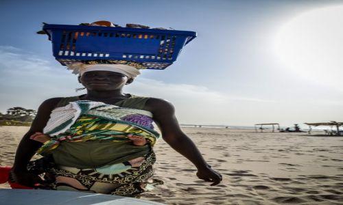 Zdjecie GAMBIA / Brufut / - / Kobieta sprzedająca owoce