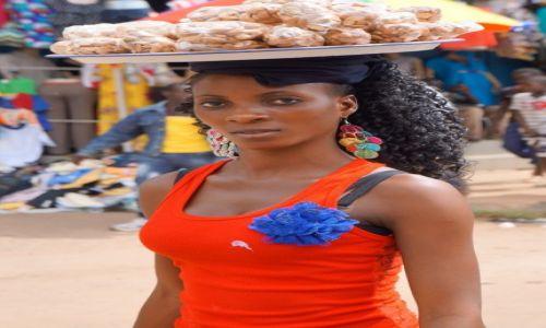Zdjęcie GAMBIA / Bandżul / targ w Bandżul / prażone orzeszki nerkowca, kto kupi?