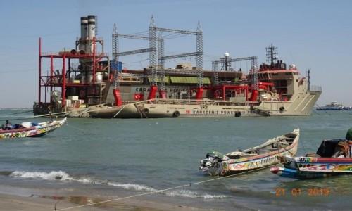 Zdjecie GAMBIA / Banjul / Banjul / Pływająca elektrownia