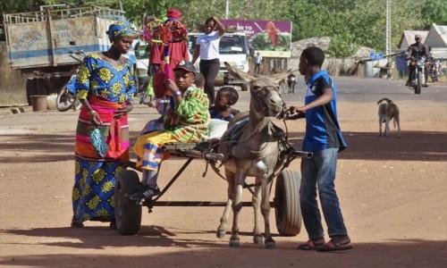 GAMBIA / Central River / okolice  River Gambia National Park / Rozliczne scenki uliczne (1)