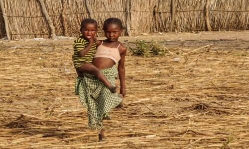 GAMBIA / Central River / wioska ludu Fulani / Na jednej nodze