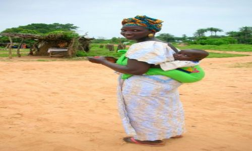 Zdjęcie GAMBIA / brak / ALBREDA/JUFFUREH / mieszkanka wioski z dzieckiem