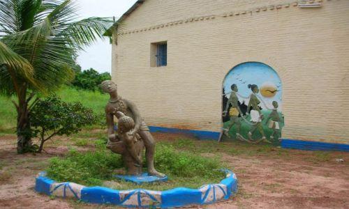 Zdjecie GAMBIA / brak / ALBREDA / POMNIK PRZED MUZEUM NIEWOLNICTWA