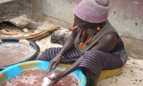 Zdjęcie GAMBIA / - / Banjul / Pracowita babcia