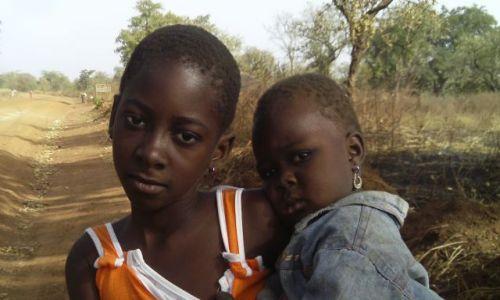 GHANA / TAMALE / przy drodze do Parku Mole / Siostry