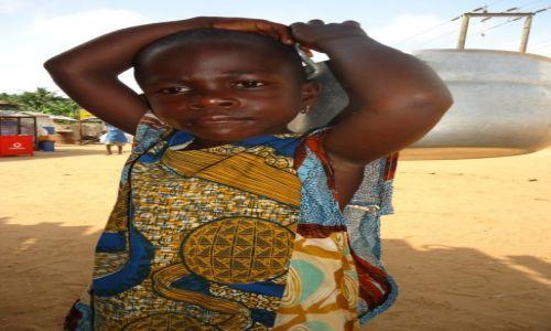 Zdjęcie GHANA / Western Region / okolice Axim / Z garnkiem ...
