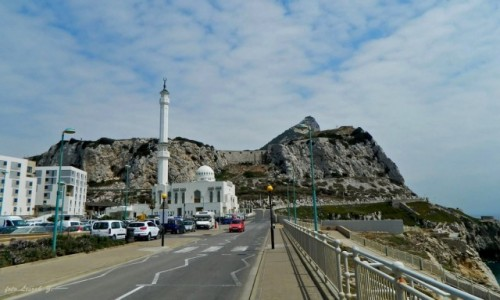 Zdjecie GIBRALTAR / Pólwysep Iberyjski. / Zatoka Gigraltarska. / Gibraltar - Meczet  Ibrahim - al - Ibrahim na tle Skały Gibraltarskiej.
