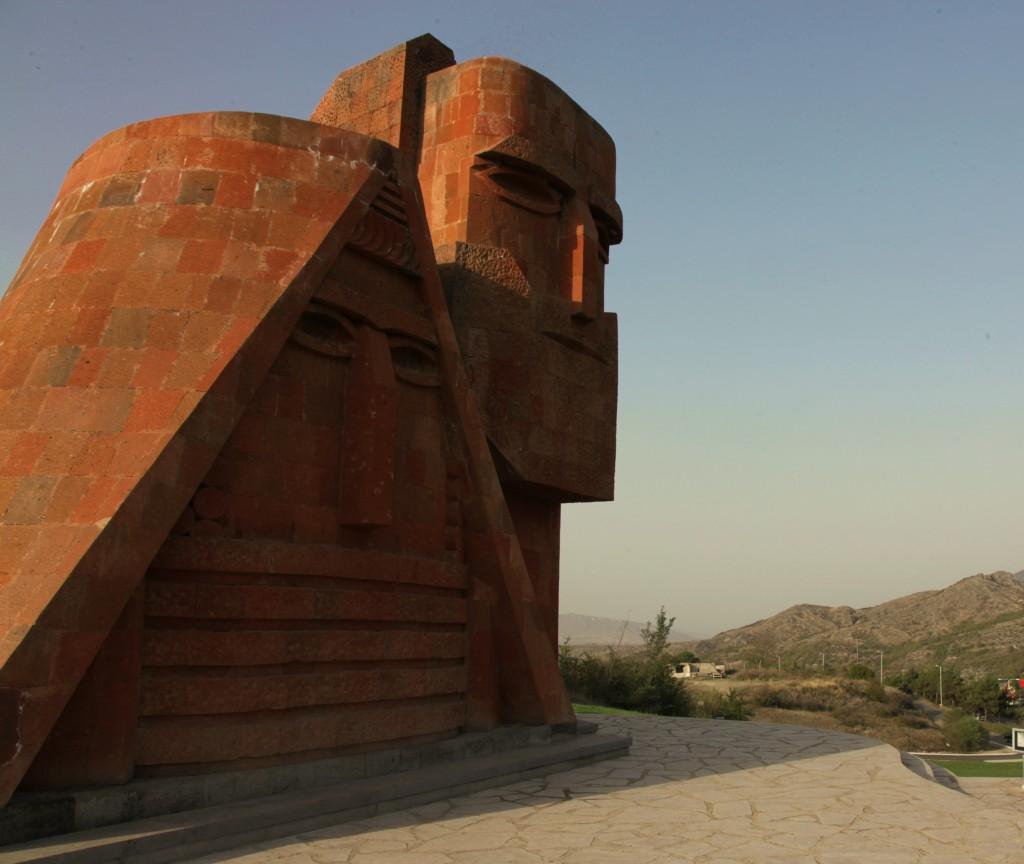 """Zdjęcia: Przedmieście, Stepanakert, Pomnik na wzgórzu """"Dziadek i Babcia"""", GÓRSKI KARABACH"""