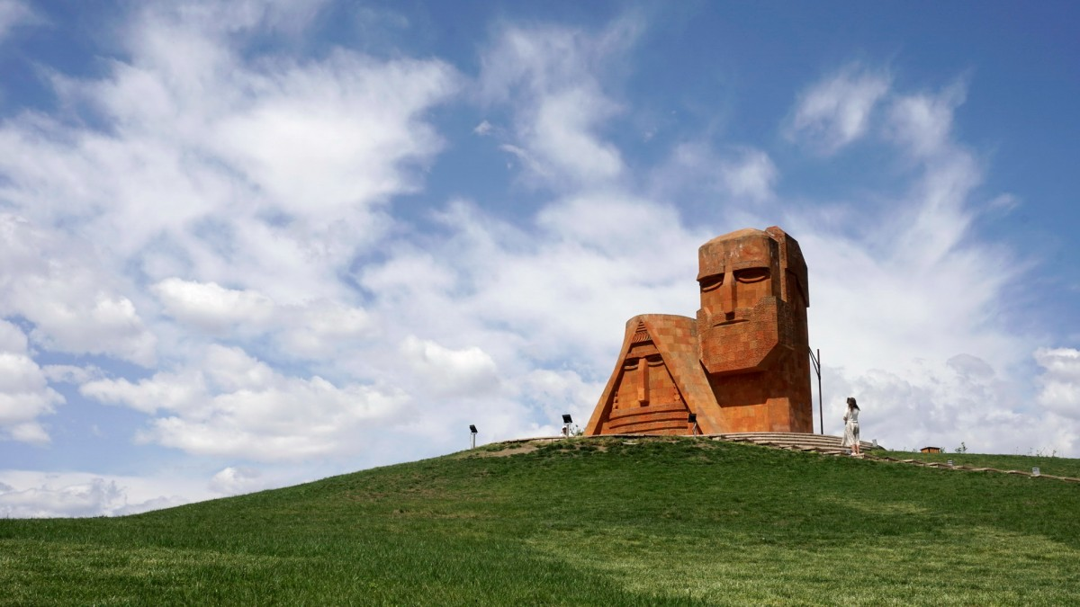 """Zdjęcia: Stepanakert, Pomnik """"My, nasze góry"""" nazywany też Tatik-papik (Babcia, dziadek), GÓRSKI KARABACH"""