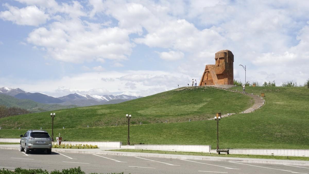 Zdjęcia: Stepanakert, Pod pomnikiem Tatik-papik, GÓRSKI KARABACH
