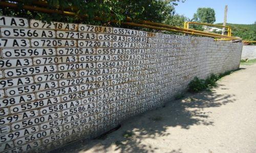 Zdjęcie GÓRSKI KARABACH / Rejon askerański / Wank / Płoty z tablic rejestracyjnych ....