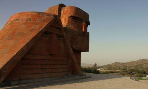 """Zdjecie GÓRSKI KARABACH / Stepanakert / Przedmieście / Pomnik na wzgórzu """"Dziadek i Babcia"""""""