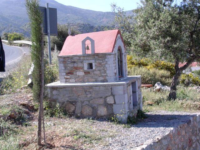 Zdjęcia: Gdzies w górach, Kreta, Kapliczka przy skrzyżowaniu, GRECJA