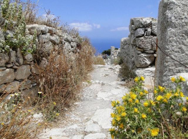 Zdjęcia: Szczyt Mesa Vouno - starożytna Thera, Santorini, W uliczce starożytnego miasta., GRECJA