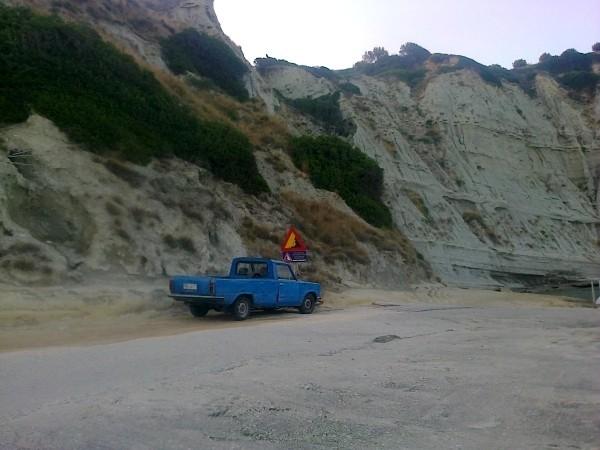 Zdjęcia: Spartia, Kefalonia, Pikap pod klifem, GRECJA