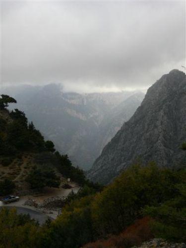 Zdjęcia: Wąwóz Samaria - widok z góry na wejście, Kreta, Wąwóz Samaria po sezonie i tonący w chmurach, GRECJA