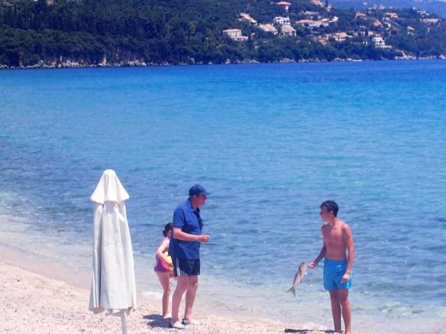 Zdjęcia: Korfu, Korfu, Mężczyzna, który upolował rybę harpunem., GRECJA