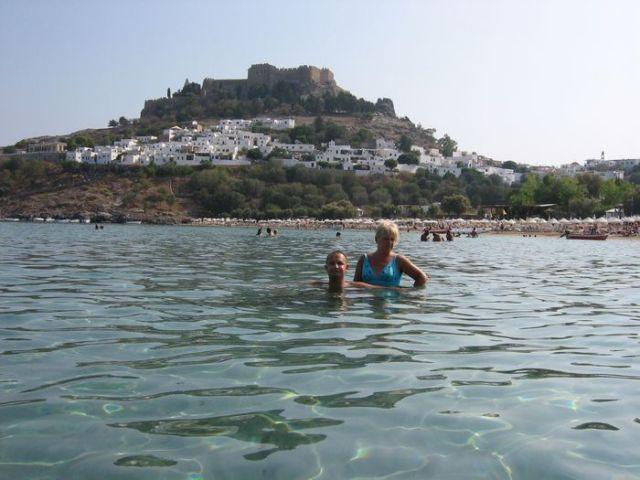 Zdjęcia: zatoka w Lindos, Rodos, Grecja, kąpiel w ciepłej zatoce Morza Śródziemnego z widokiem na Lindos, Rodos, Grecja, GRECJA