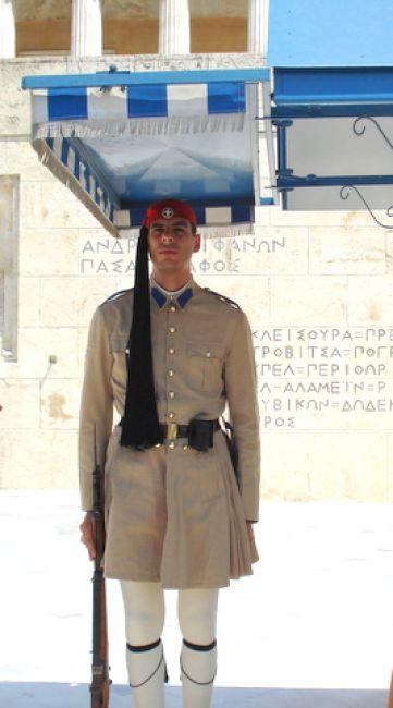 Zdjęcia: glowny plac Syntagma, Ateny, wizytowka Grecji-warta przy grobie nieznanego zolnierza, GRECJA