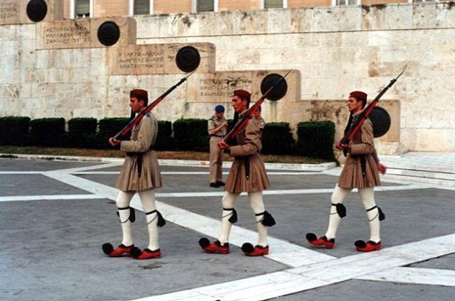Zdjęcia: Plateia Syntagmatos.,  ATENY, Grób Nieznanego Żołnierza - zmiana warty., GRECJA
