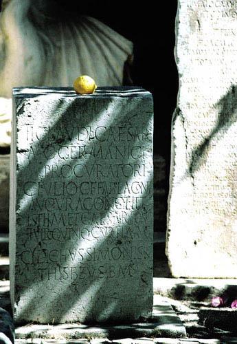 Zdjęcia: Korynt, Dziedziniec muzeum, GRECJA