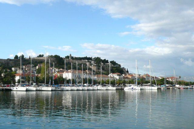Zdjęcia: Navplio, Peloponez, Jachty pod fortecą, GRECJA