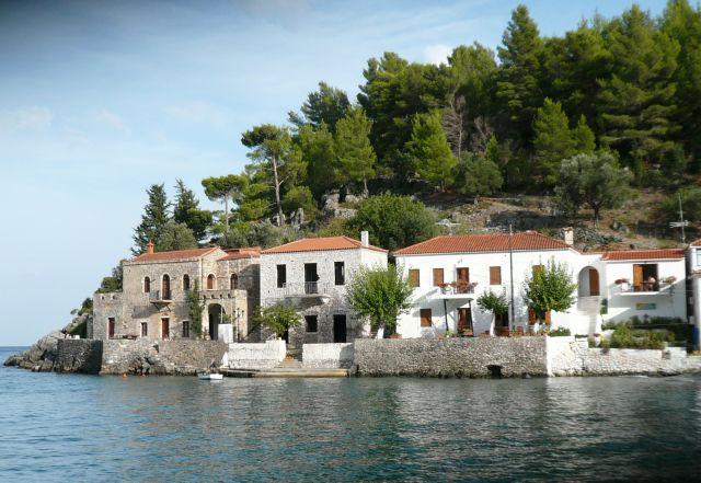 Zdjęcia: Kiparisi, Peloponez, Domy przy morzu, GRECJA