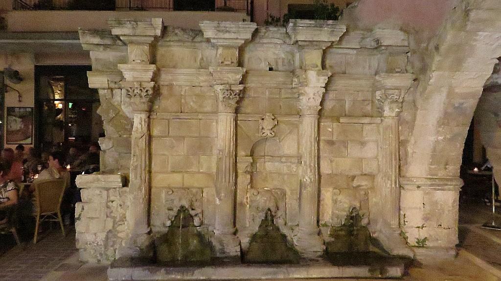 Zdjęcia: Rethimnon, Kreta, fontanna Rimondiego wieczorem, GRECJA