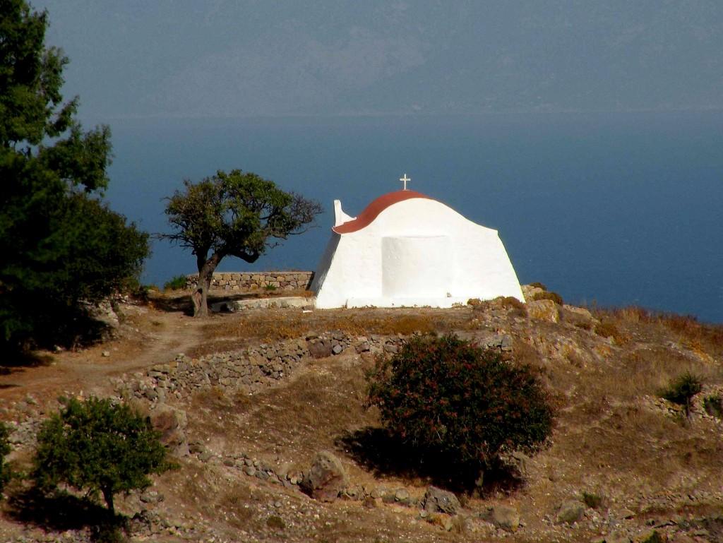 Zdjęcia: Dodekanez, Morze Egejskie, Kościólek na skarpie, GRECJA